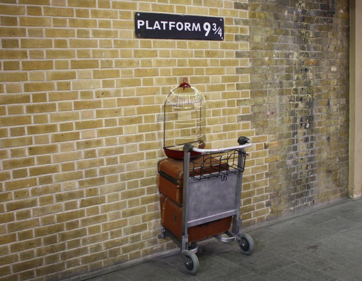 """Lieux de tournage de Harry potter en Grande-Bretagne-Le quai """"9 3/4"""" et le caddie encastré"""