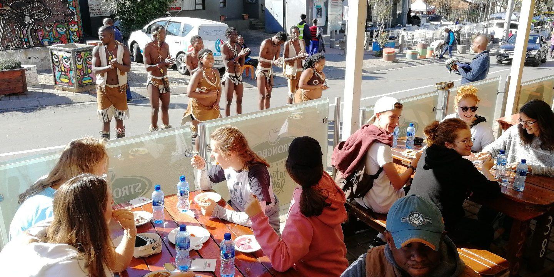 Groupe de jeunes en visite dans Soweto, colonie CEI en Afrique du Sud