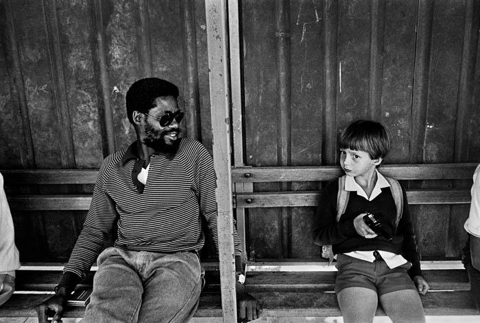 Histoire de l'Afrique du Sud-La ségrégation raciale-tlight12 SOUTH AFRICA/KWAZULU ATAL/PIETERMARITZBURG, waiting for a bus during the times of apartheid, june 1986<br /> © paul weinberg/south