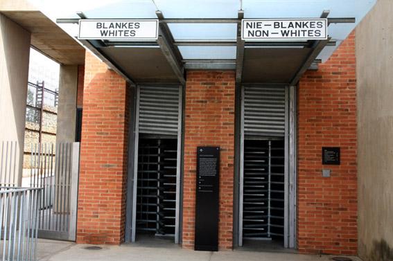 Histoire de l'Afrique du Sud-Entrée du musée de l'Apartheid