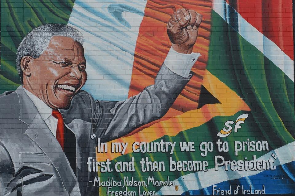 Histoire de l'Afrique du Sud-Nelson Mandela avec le drapeau de la Nation Arc-en-ciel