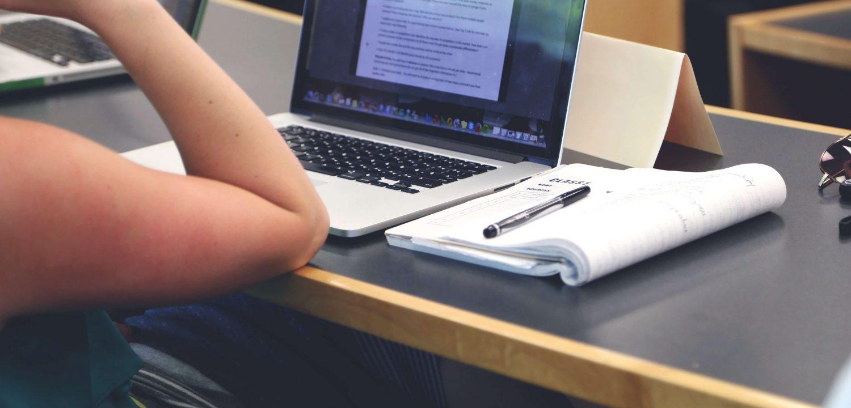 Etudiante en classe devant son ordinateur