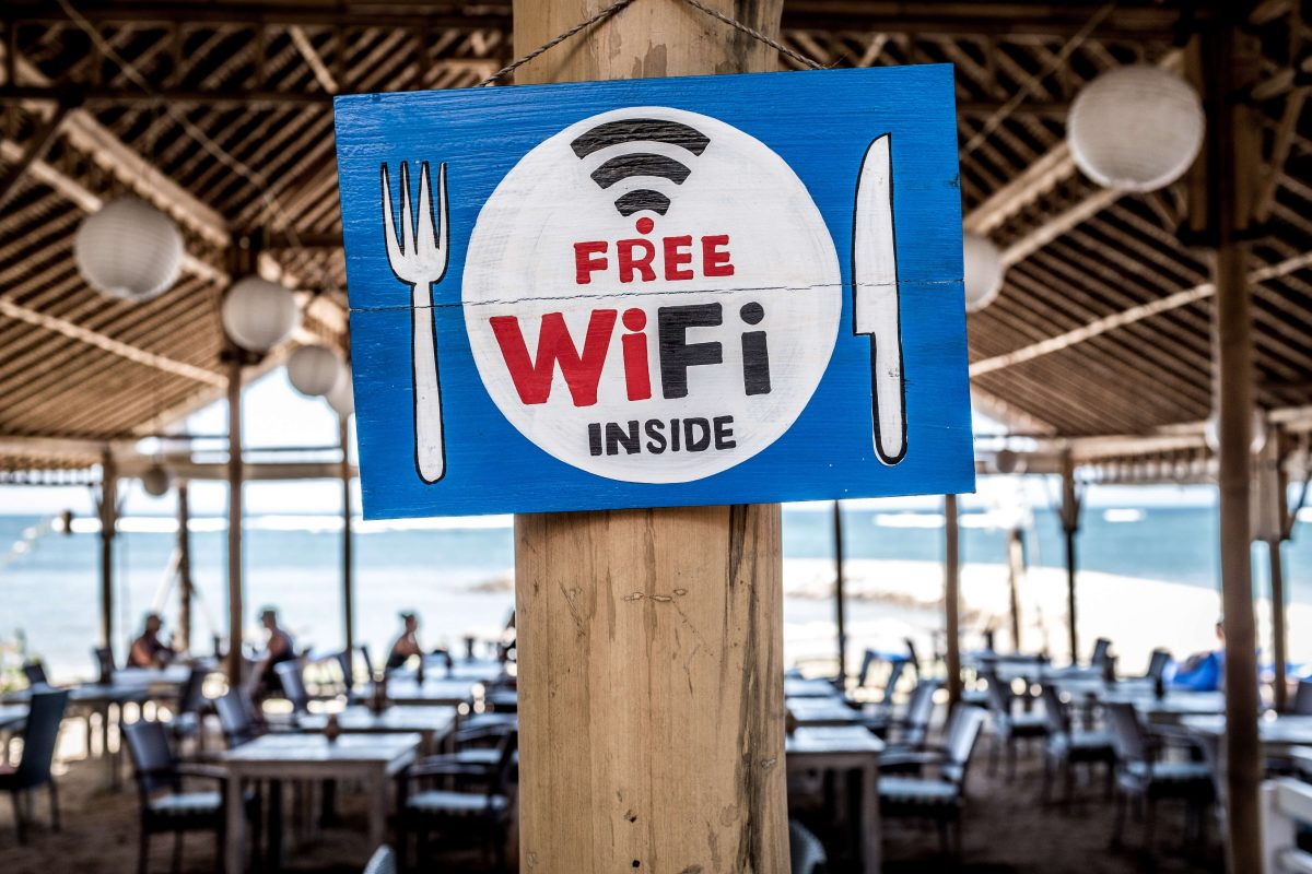 Pancarte indiquant WIFI gratuite dans un restaurant