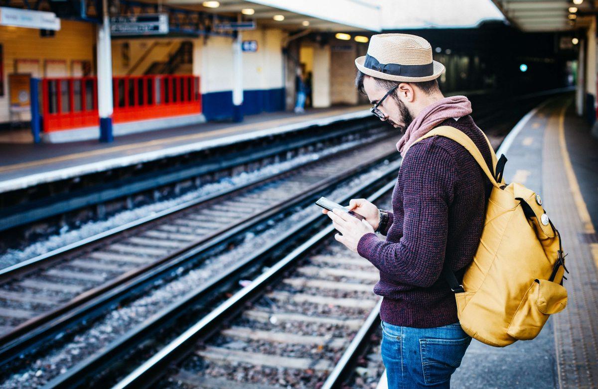 Jeune homme attendant son train