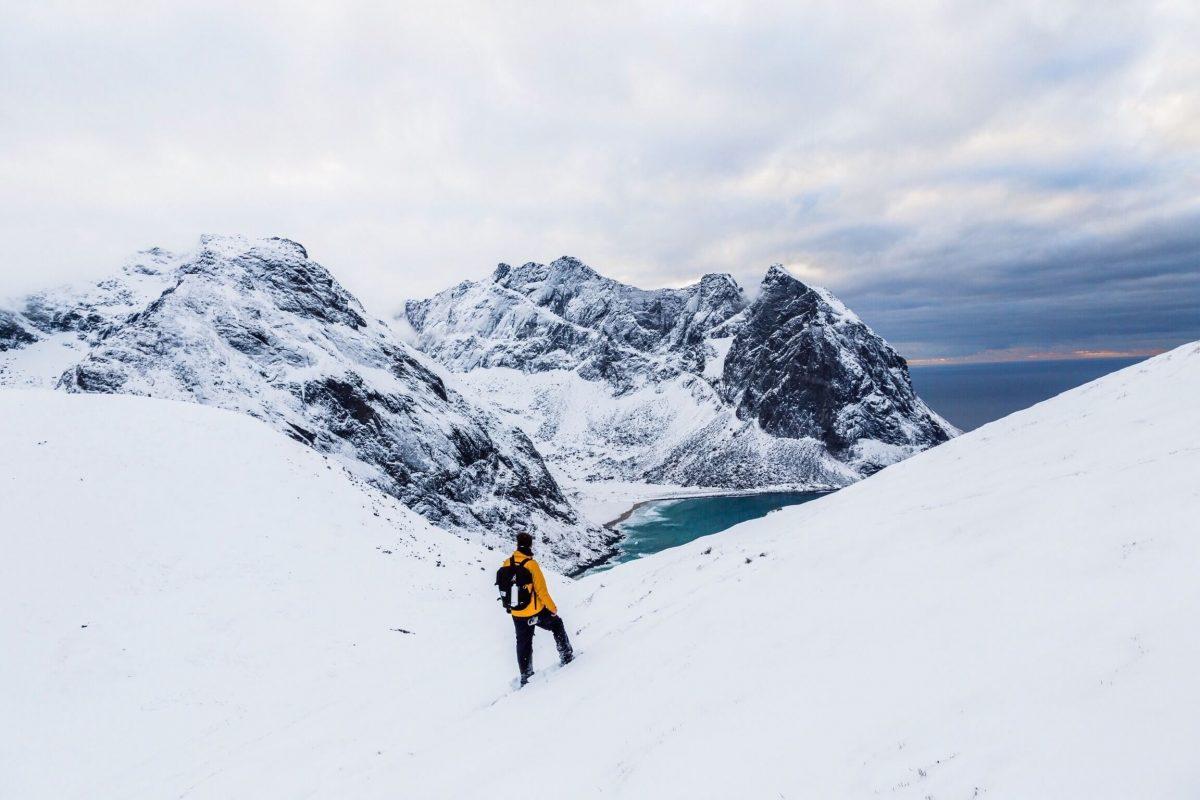 Un alpiniste en montagne