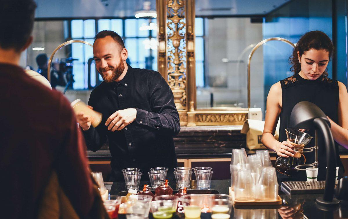 Equipe de deux personnes travaillant dans un bar