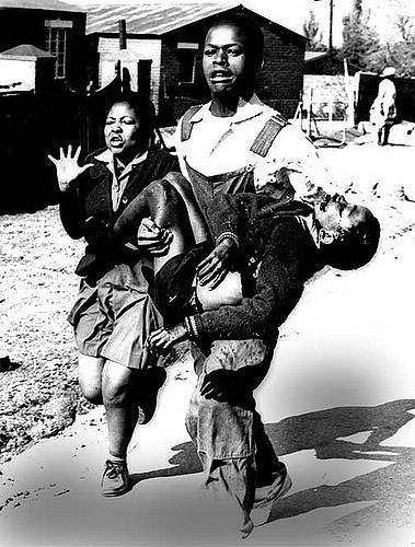 Photo mythique du jeune écolier Hector Pieterson lors des émeutes de Soweto